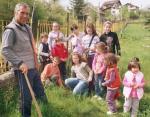 Деца садят дръвчета в двора на училището